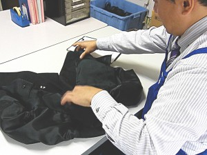 衣類検品の様子